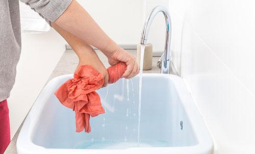 چه لباس هایی را دستی بشوییم